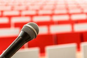 Een microfoon voor een lege zaal.