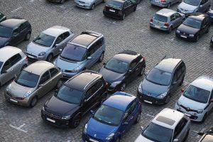 Auto's staan geparkeerd op een rij.